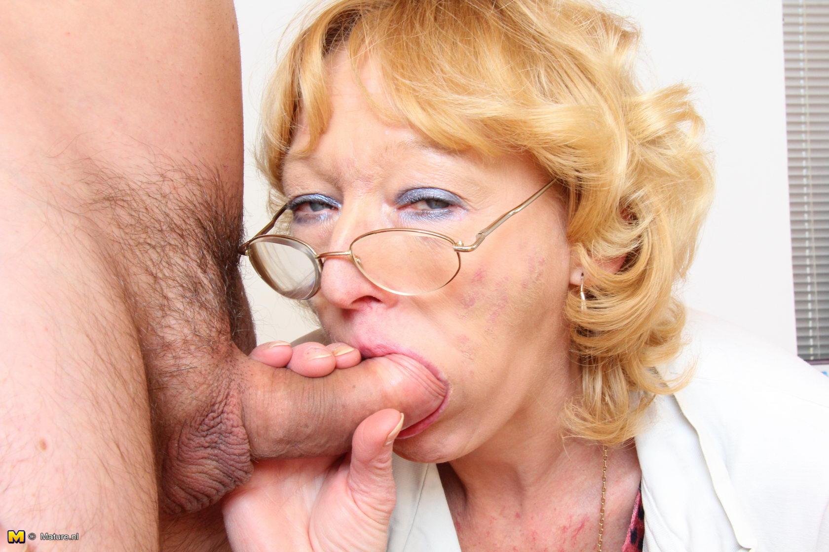 Старая женщина сосет член и трахается с молодым парнем