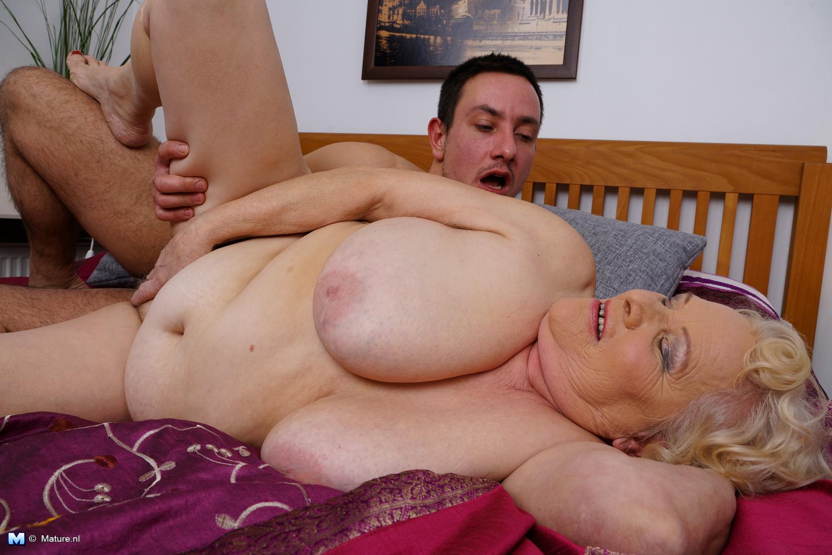 бабушка спит ее ебут